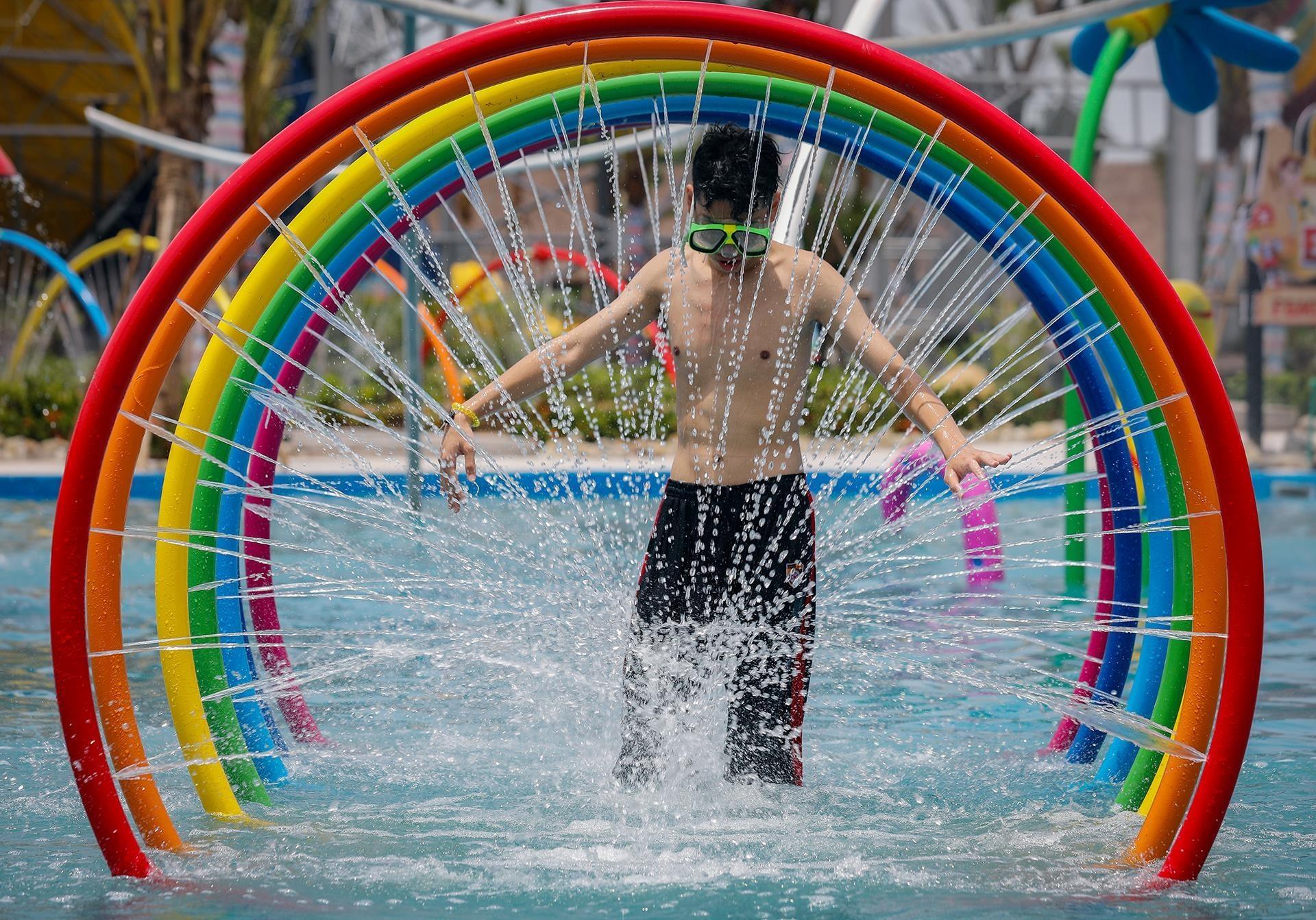 Nhiều thiết bị tạo hình nước gây hứng thú cho khách, đặc biệt là trẻ em.