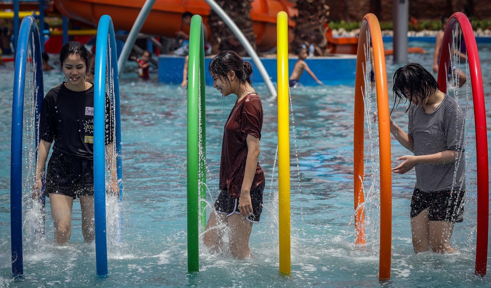 Các dịch vụ cho thuê đồ bơi chưa có, khiến nhiều cô gái không kịp chuẩn bị ở nhà, phải mặc nguyên cả thường phục khi xuống nước.