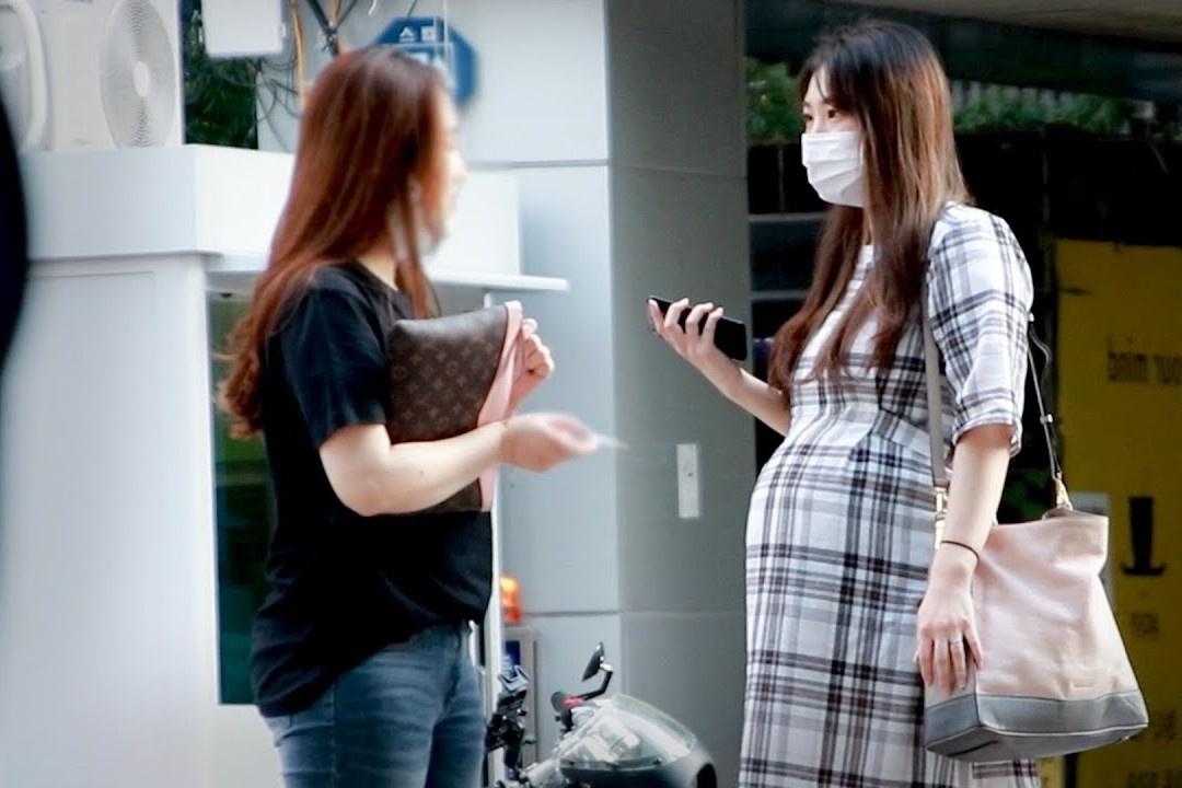 Phản ứng của người lạ ở Hàn khi thấy phụ nữ mang bầu muốn hút thuốc