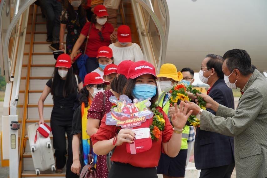 Vietjet anh 4  - Hanh_khach_tren_chuyen_bay_khai_truong_THD_PQC - Vietjet khai thác 10 đường bay thẳng đến Phú Quốc