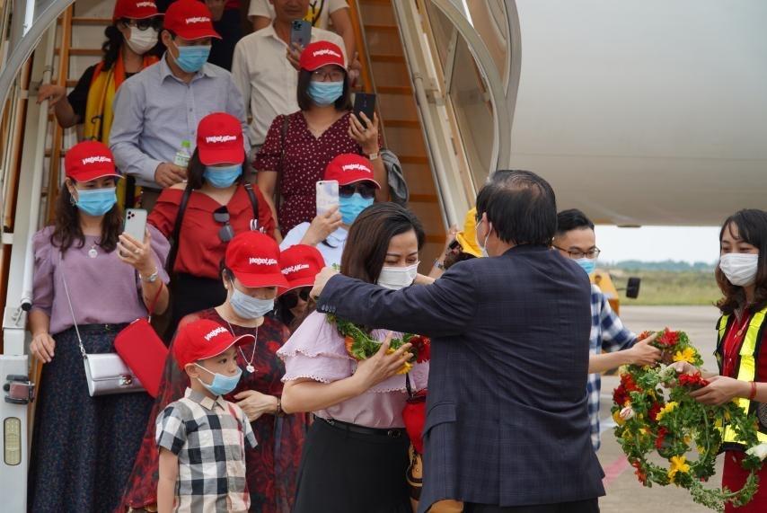 Vietjet anh 5  - Pho_TGD_Vietjet_Do_Xuan_Quang_don_khach_2 - Vietjet khai thác 10 đường bay thẳng đến Phú Quốc