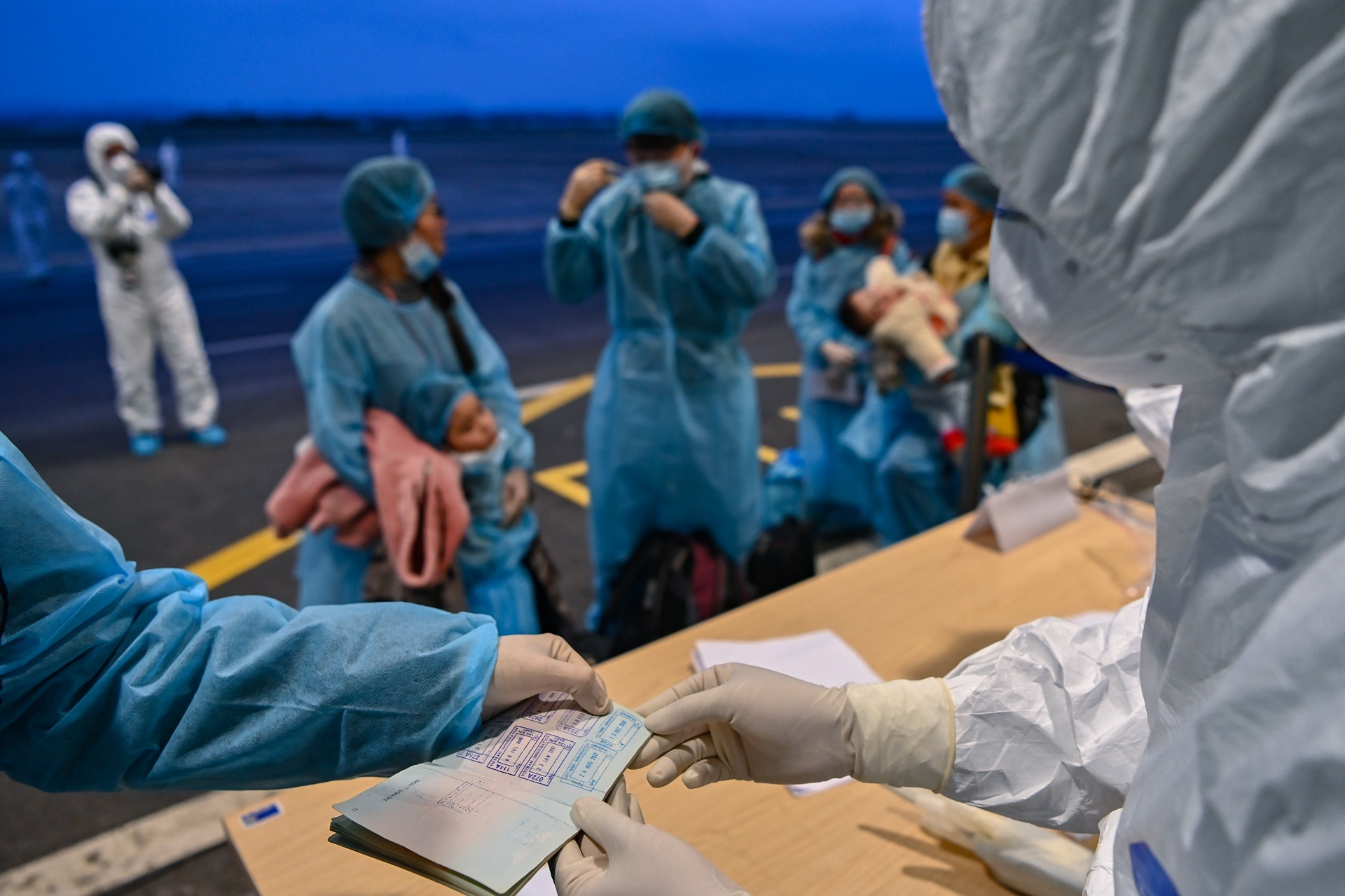 Hành khách về nước trên các chuyến bay giải cứu. Ảnh: Việt Linh.