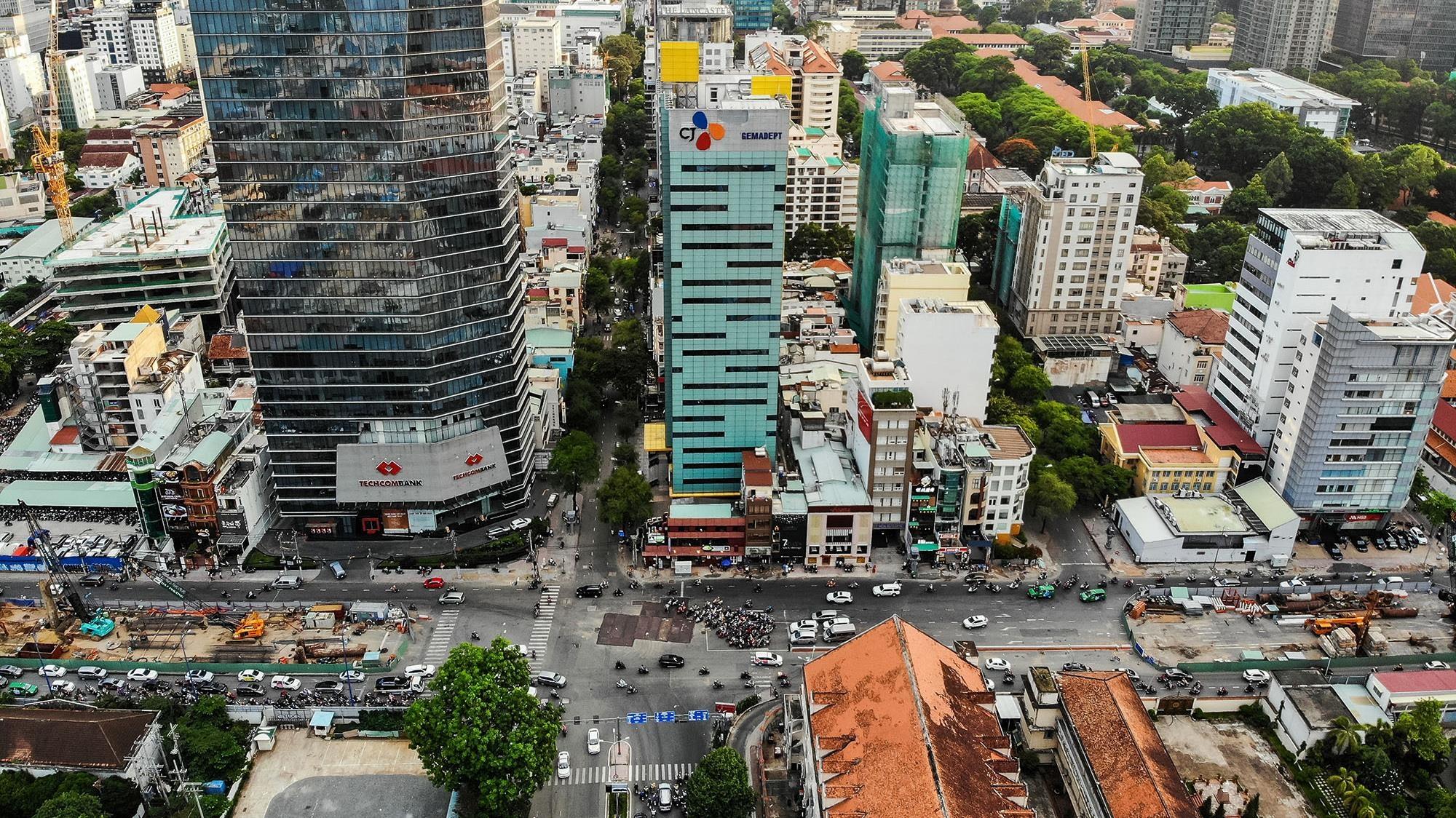Đường Tôn Đức Thắng trước và sau khi chặt cây trở nên lạ lẫm với nhiều người Sài Gòn.