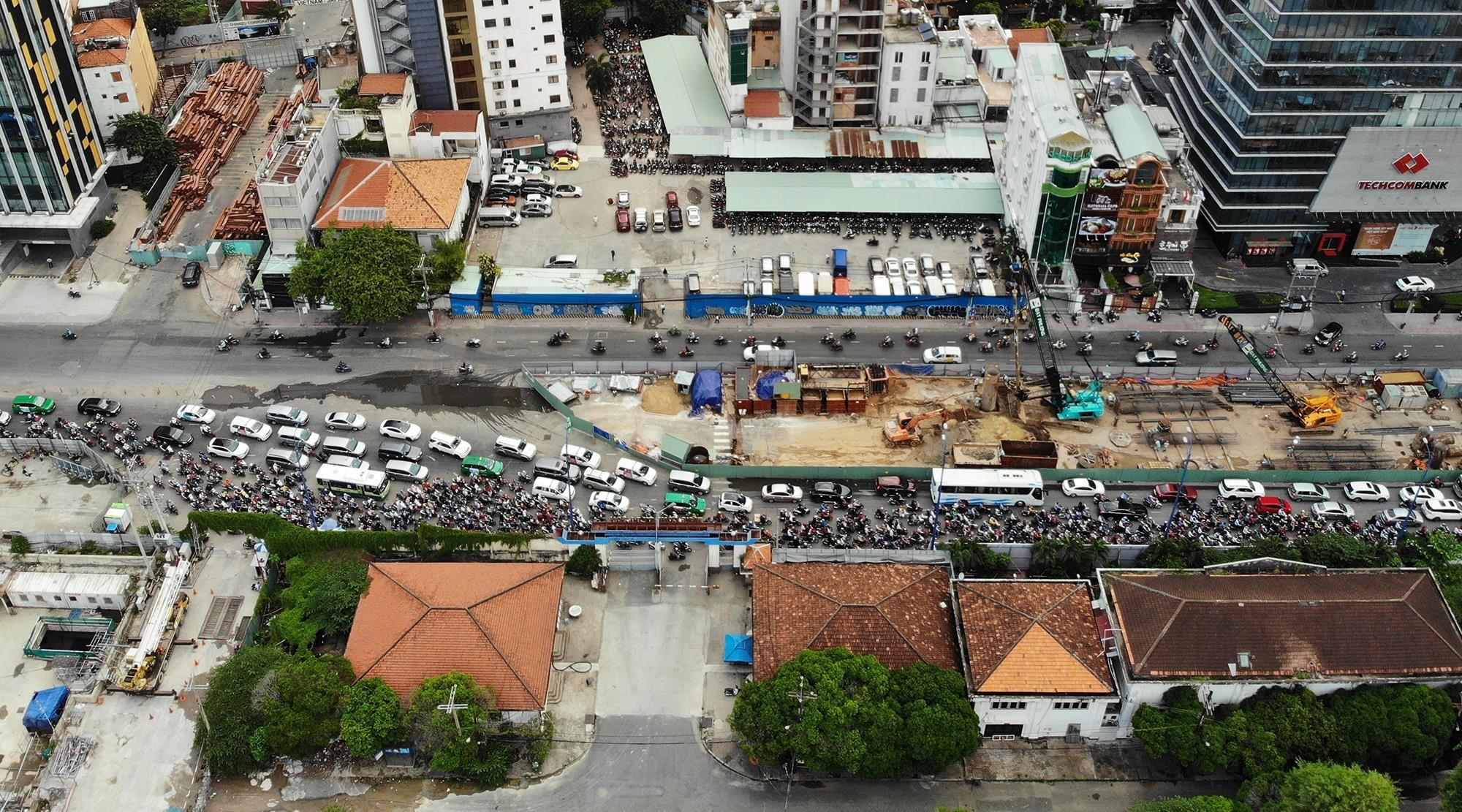 Công trường cầu Thủ Thiêm 2 chiếm phần lớn lòng đường, cản trở giao thông.