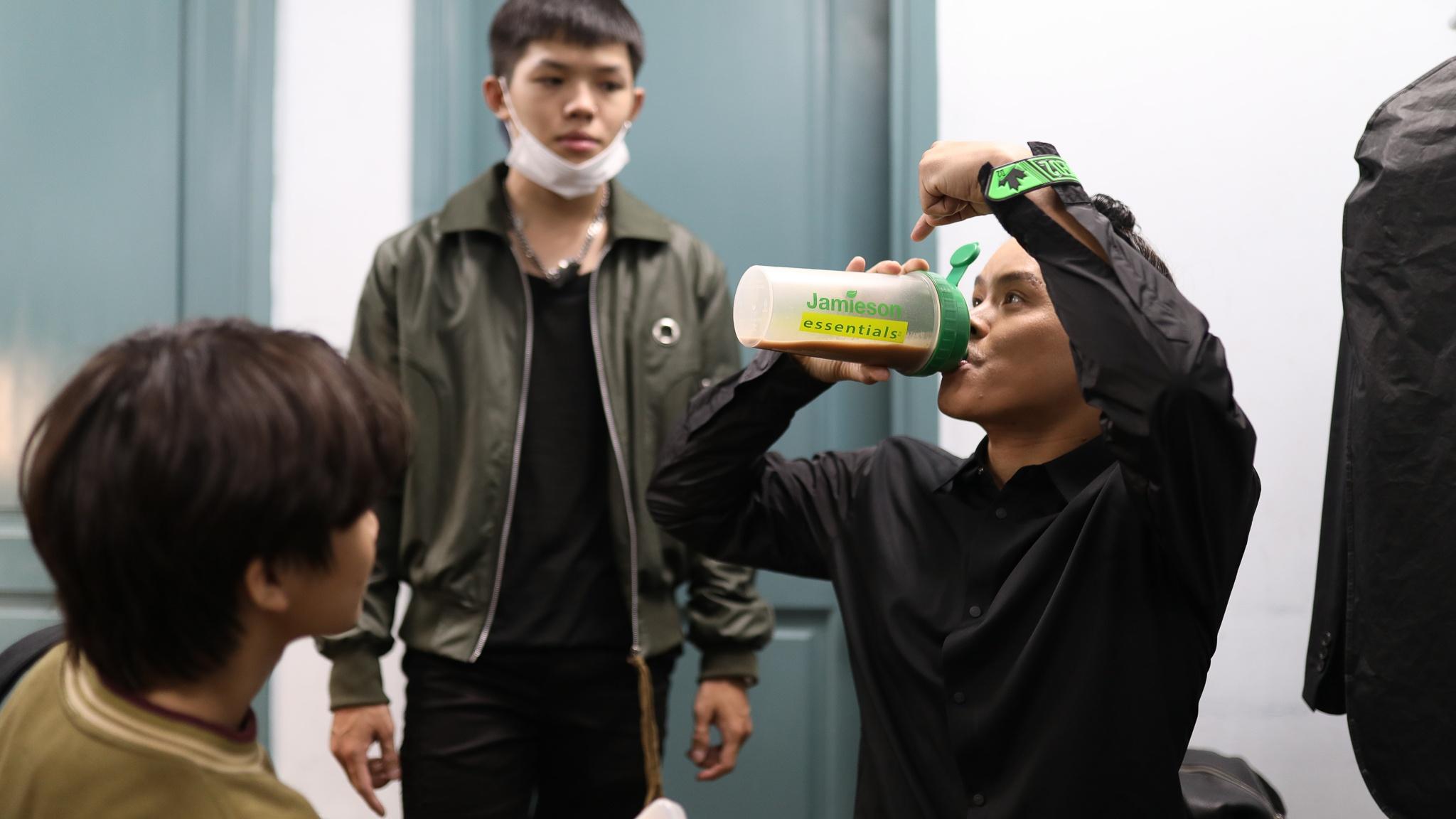 John Huy Tran lam giam khao show vu dao anh 3