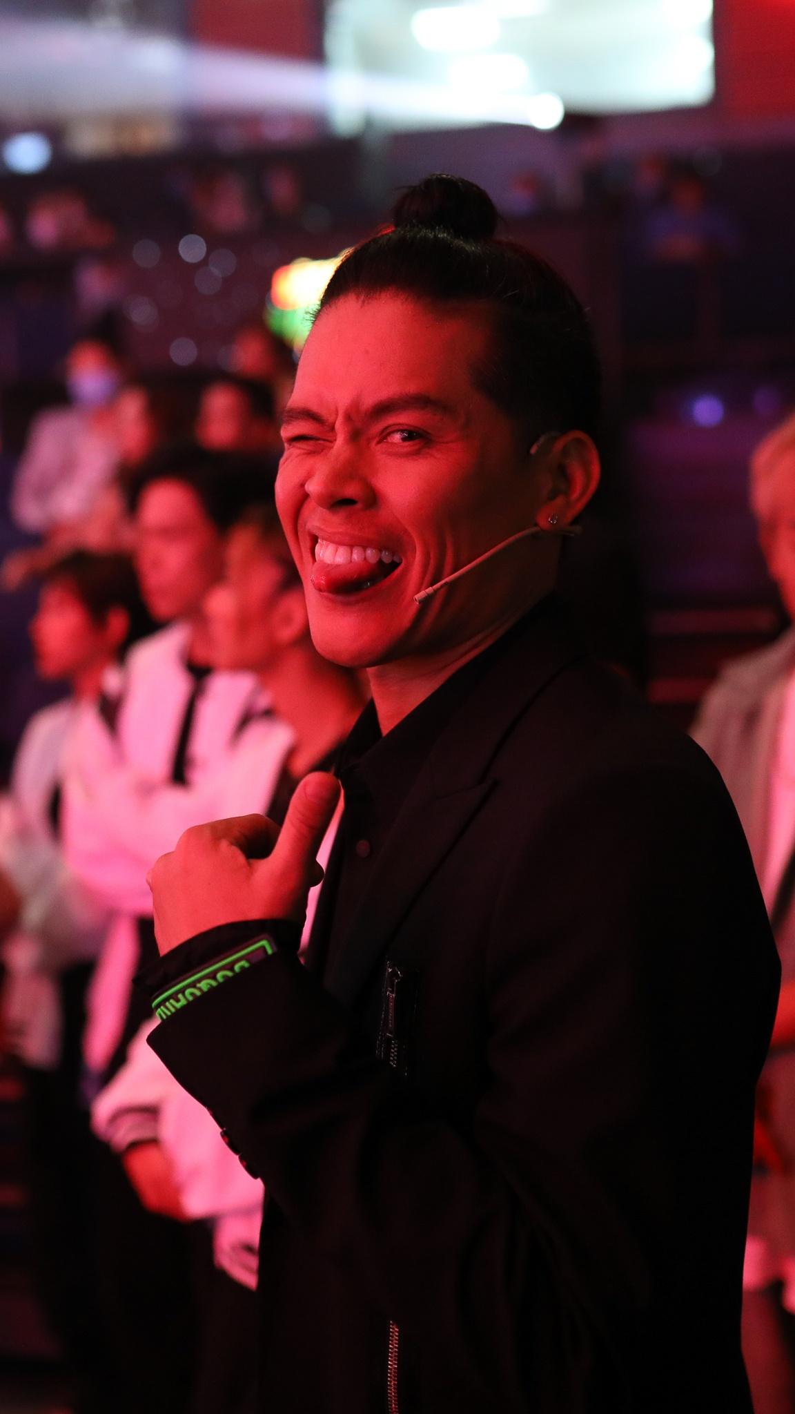 John Huy Tran lam giam khao show vu dao anh 18