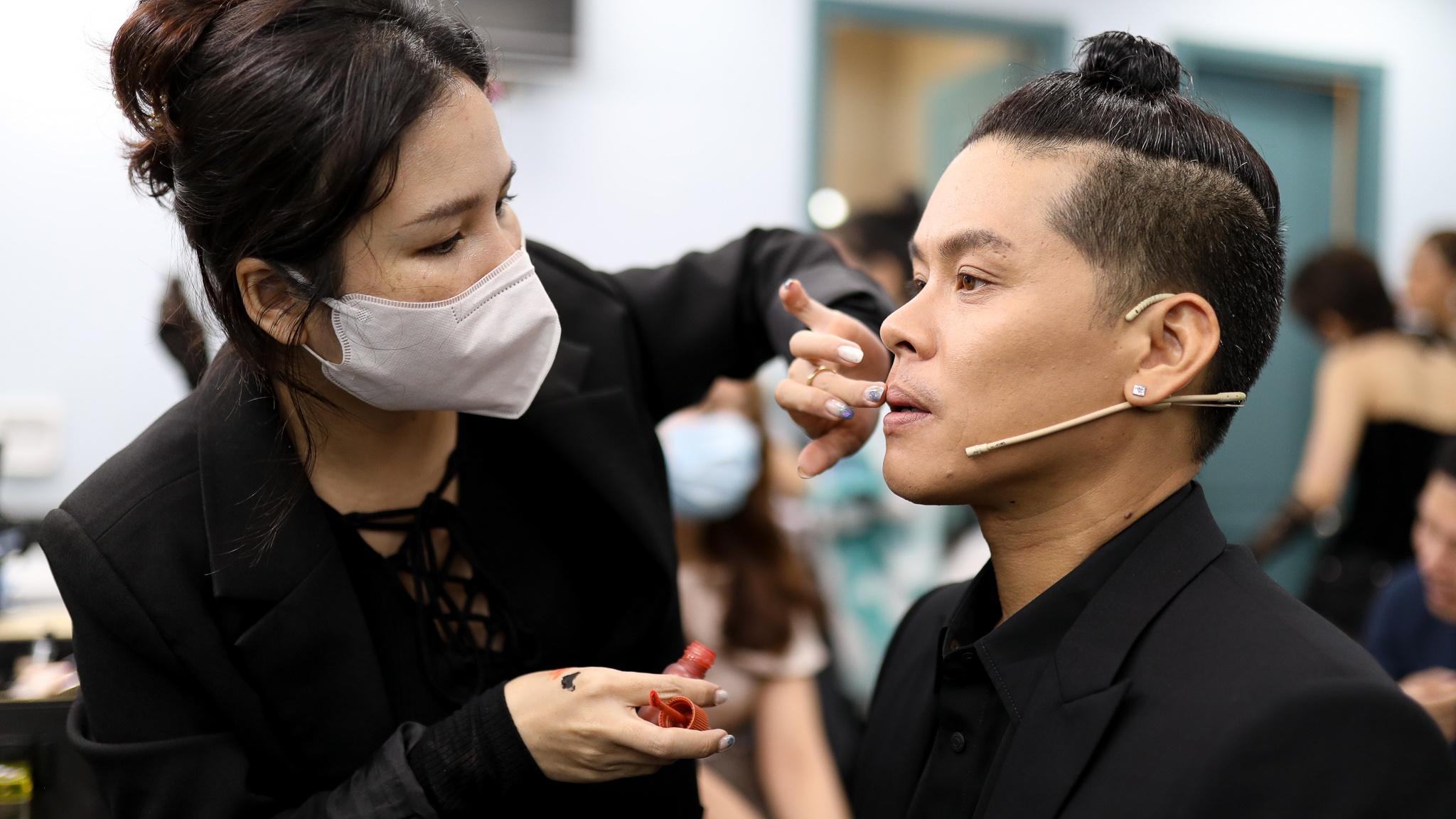 John Huy Tran lam giam khao show vu dao anh 6