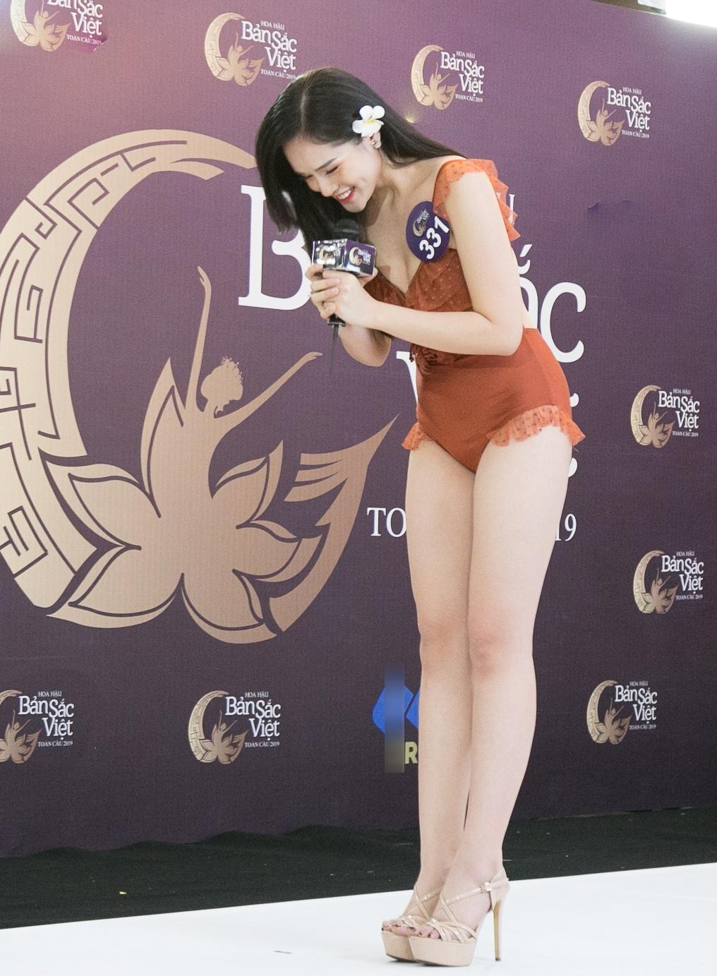 Thi sinh Hoa hau Ban sac Viet mac ao tam thi hinh the: Mat xinh, eo to hinh anh 2