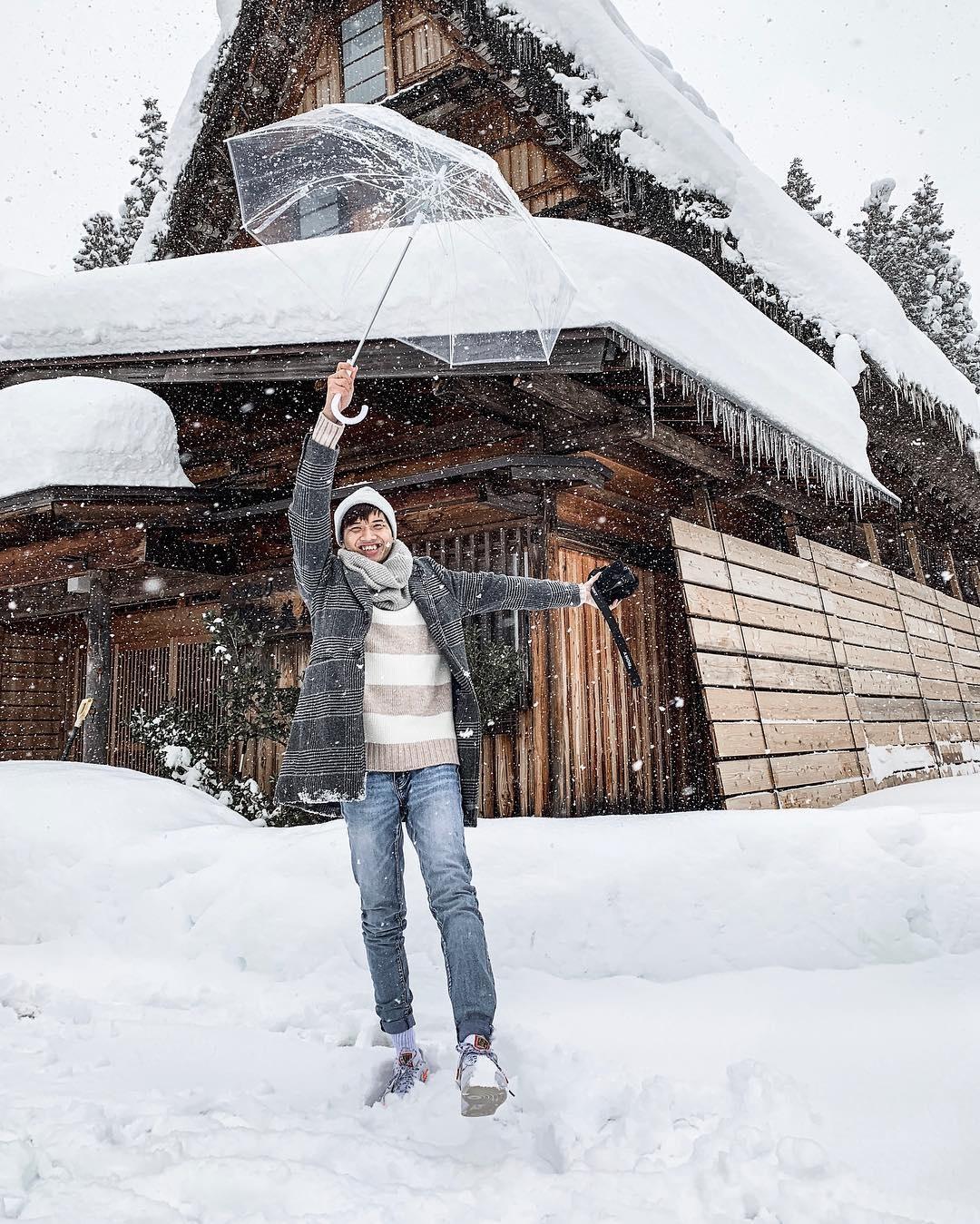 Giới trẻ say sưa tạo dáng với tuyết ở làng cổ tích Nhật Bản - ảnh 5