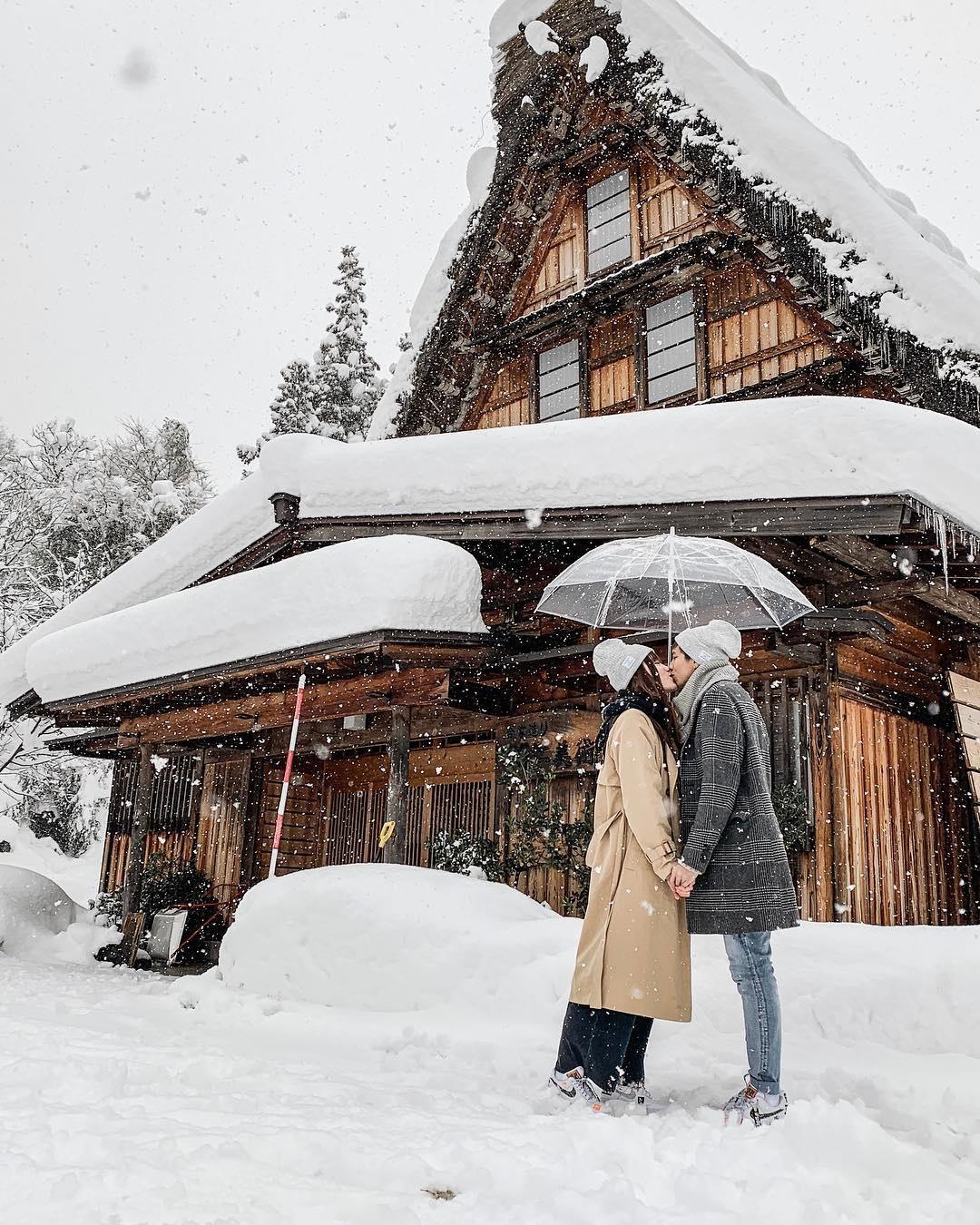 Giới trẻ say sưa tạo dáng với tuyết ở làng cổ tích Nhật Bản - ảnh 10