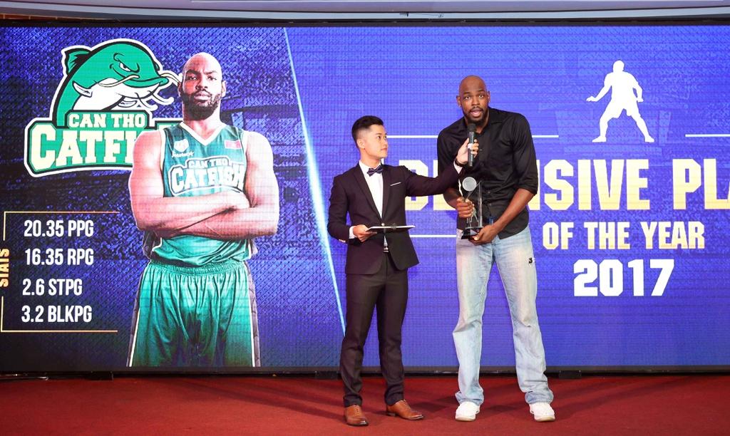 Tam Dinh nhan 2 giai thuong tai Gala trao giai VBA 2017 hinh anh 4