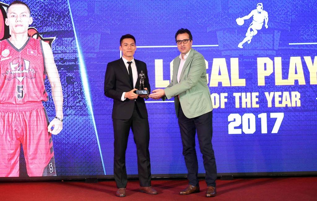 Tam Dinh nhan 2 giai thuong tai Gala trao giai VBA 2017 hinh anh 6