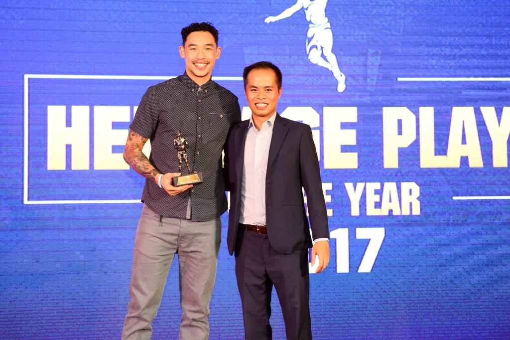 Tam Dinh nhan 2 giai thuong tai Gala trao giai VBA 2017 hinh anh 1