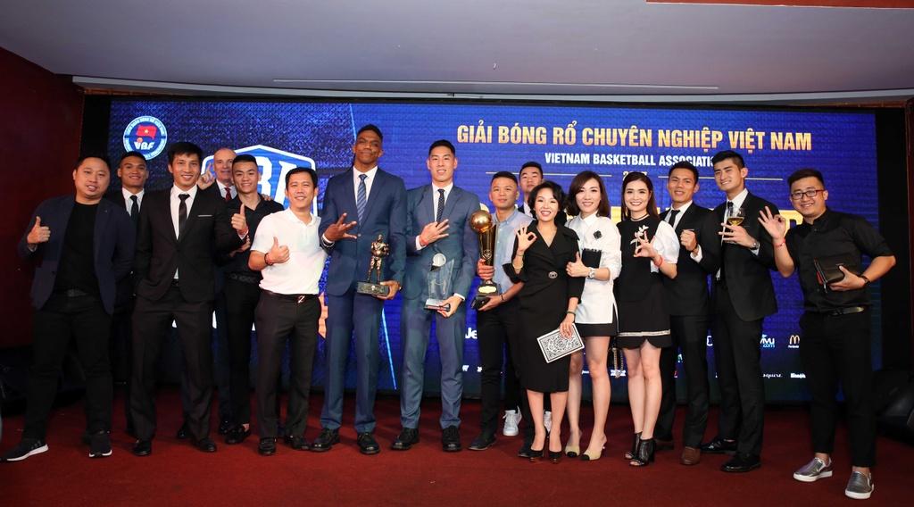Tam Dinh nhan 2 giai thuong tai Gala trao giai VBA 2017 hinh anh 9