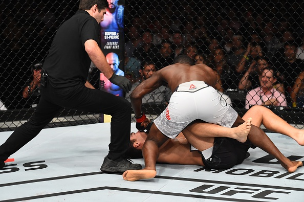 UFC FN 119: Tro lai sau 2 nam, nha cuu vo dich bi dam guc chong vanh hinh anh 7