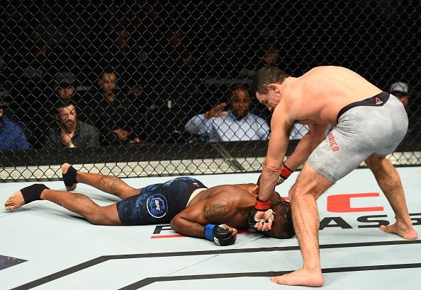Vo si UFC thang bang combo don goi anh 7