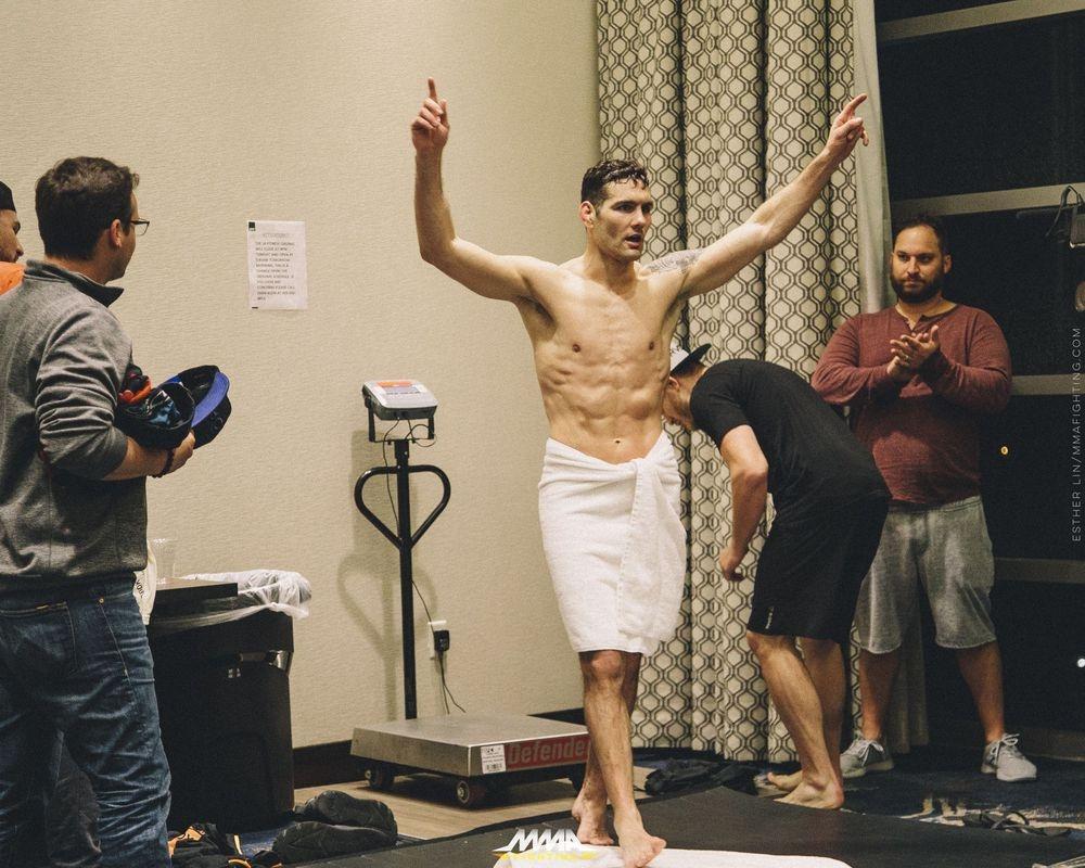 MMA: Noi dau chua ke sau anh hao quang hinh anh 3