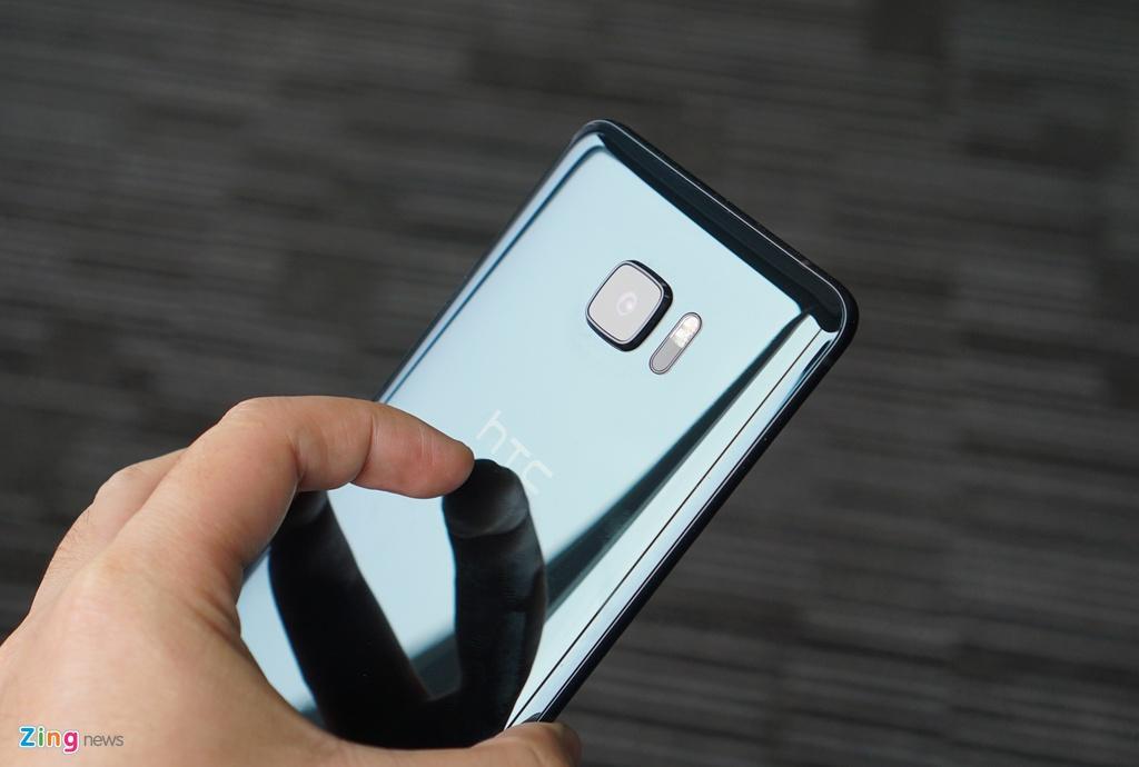 Mo hop HTC U Ultra: Bom tan dau nam hinh anh 10