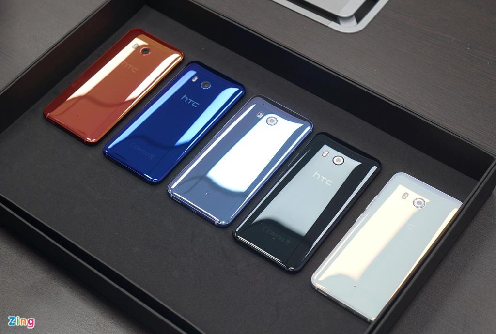 Anh thuc te HTC U11: Thiet ke dang cap, cau hinh sieu manh hinh anh 2