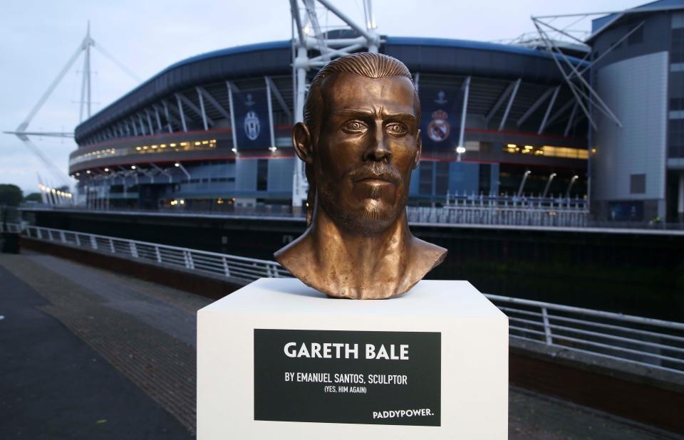 Buc tuong dieu khac cua Gareth Bale bi che la tham hoa hinh anh 1