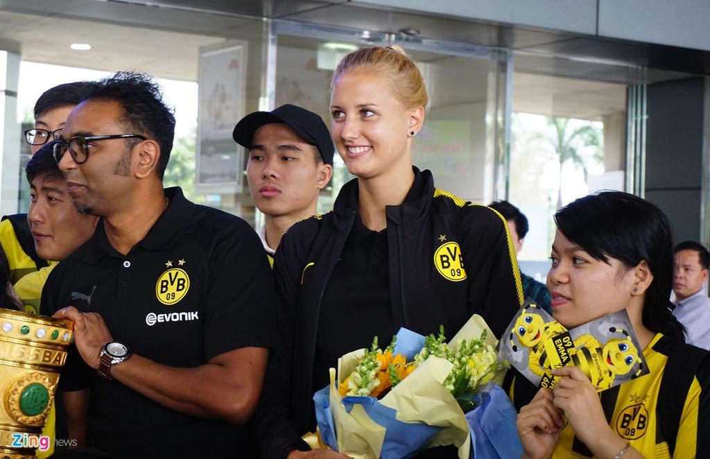 Dortmund dua nu HLV xinh dep sang Viet Nam hinh anh 6