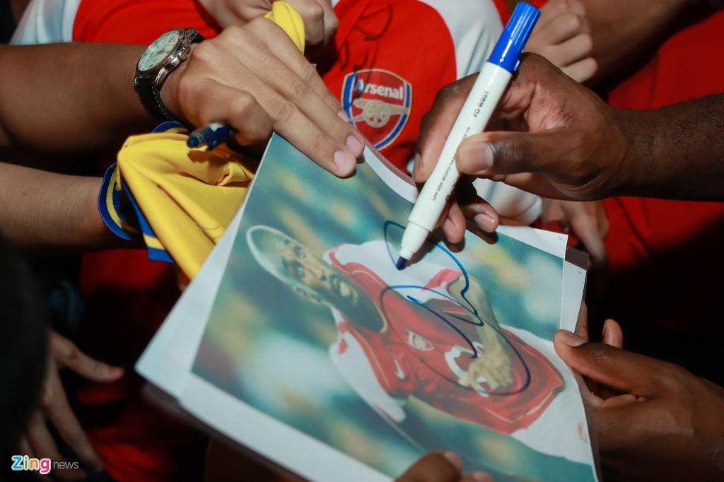 Fan nu rung rung nuoc mat khi gap huyen thoai Arsenal hinh anh 5