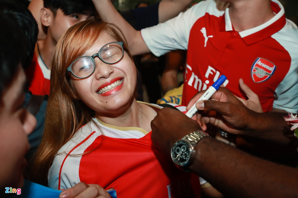 Fan nu rung rung nuoc mat khi gap huyen thoai Arsenal hinh anh 7