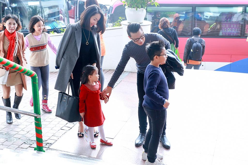 """Gia dinh Hoang Bach cung nhau di su kien hinh anh 1 Vào sáng hôm nay, gia đình ca sỹ Hoàng Bách đã nhận lời mời tham dự sự kiện """"Những đôi tay xinh"""" do Dự án Giáo dục trẻ Điếc trước tuổi đến trường (IDEO) tổ chức."""