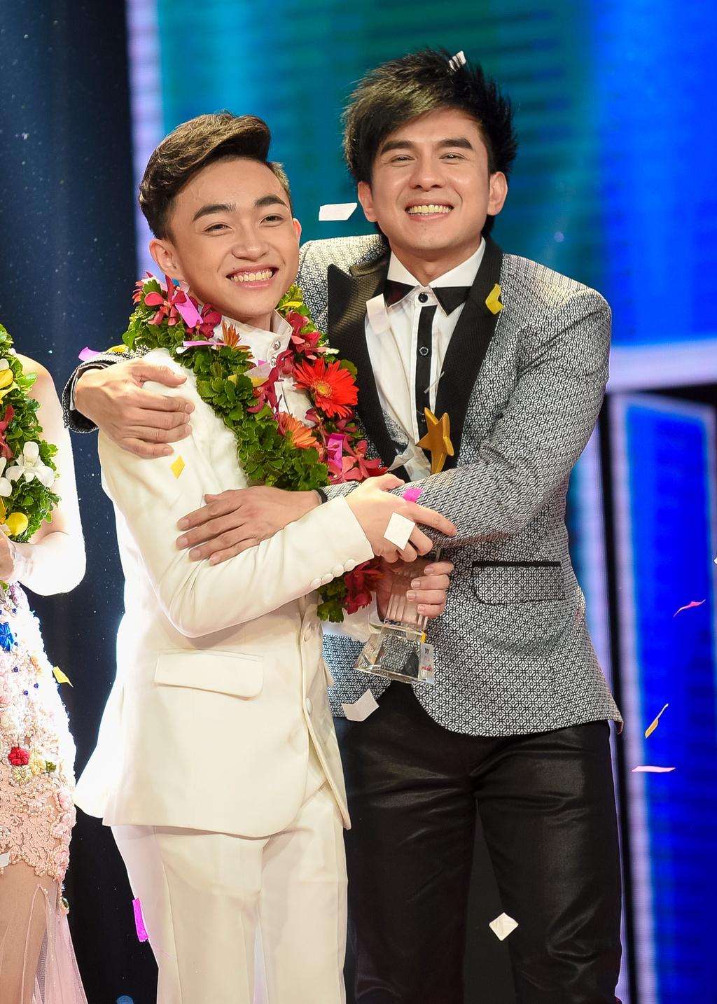 Trung Quang nhan mat khi Dan Truong hon luc dang quang hinh anh 1