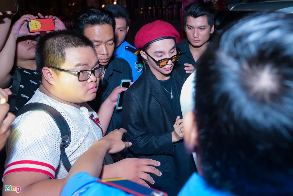 Fan nu phat cuong khi xem Son Tung M-TP bieu dien hinh anh 2