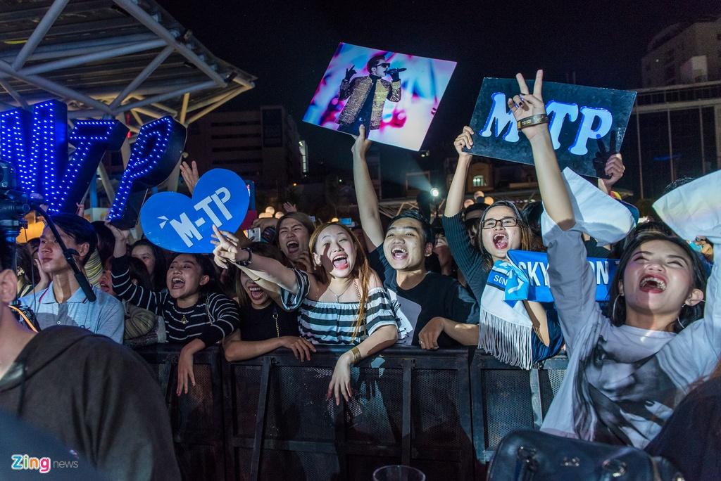 Fan nu phat cuong khi xem Son Tung M-TP bieu dien hinh anh 7