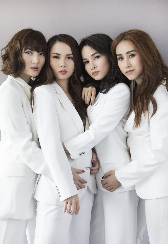 Nhom May Trang chup anh nude nhan dip tai hop tren san khau hinh anh 7