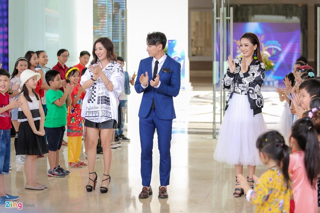 Giam khao Vietnam Idol Kids hot hoang khi bi thi sinh bao vay hinh anh 1