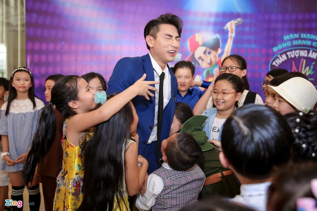 Giam khao Vietnam Idol Kids hot hoang khi bi thi sinh bao vay hinh anh 5