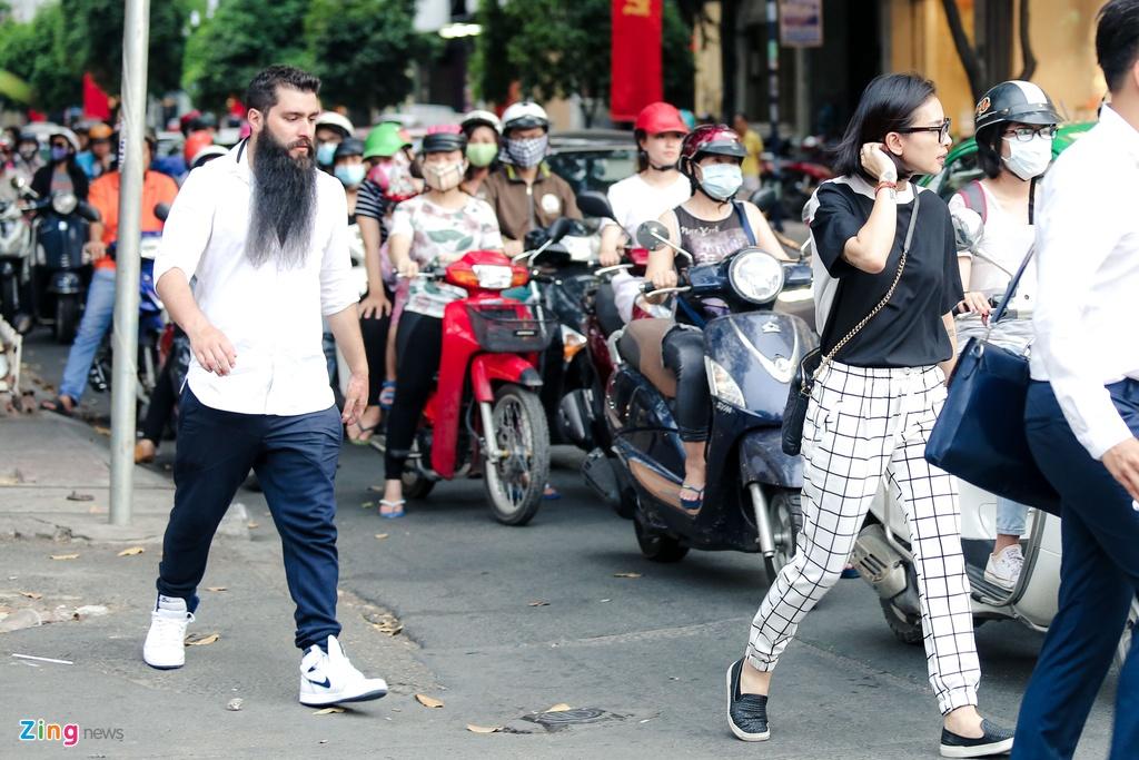 Dao dien 'Kong' bat ngo xuat hien cung Ngo Thanh Van o Sai Gon hinh anh 9