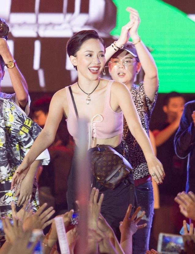 Toc Tien, Soobin Hoang Son 'quay' cung hang nghin fan den khuya hinh anh 2