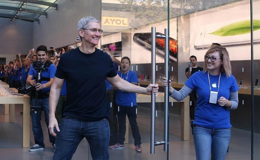 Tim Cook: 'iPhone la con ga de trung vang cua Apple' hinh anh 5