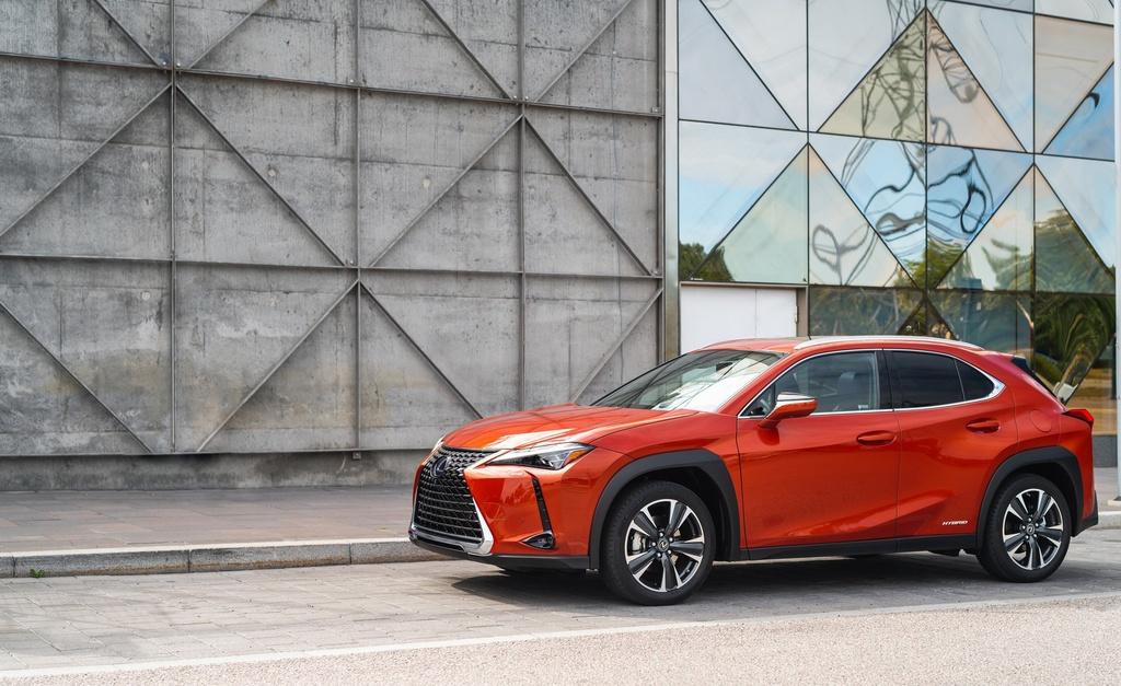Lexus UX 2019 chot gia tu 32.000 USD, ban ra vao thang 12 hinh anh 2