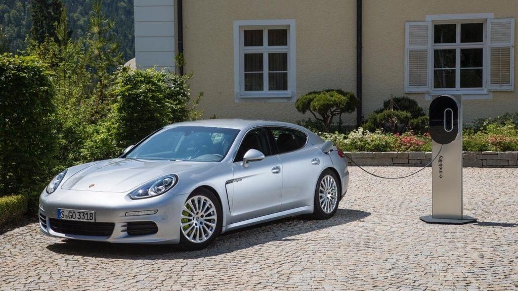 Panamera, chiec sedan thay doi dinh nghia ve xe Porsche tron 10 tuoi hinh anh 1