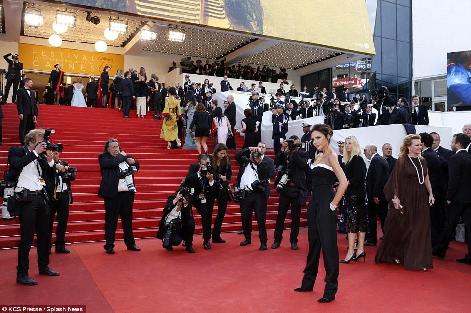 My nhan long lay vay ao hang hieu tren tham do Cannes hinh anh 12
