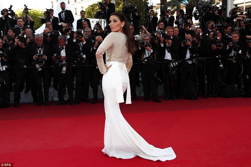 My nhan long lay vay ao hang hieu tren tham do Cannes hinh anh 7