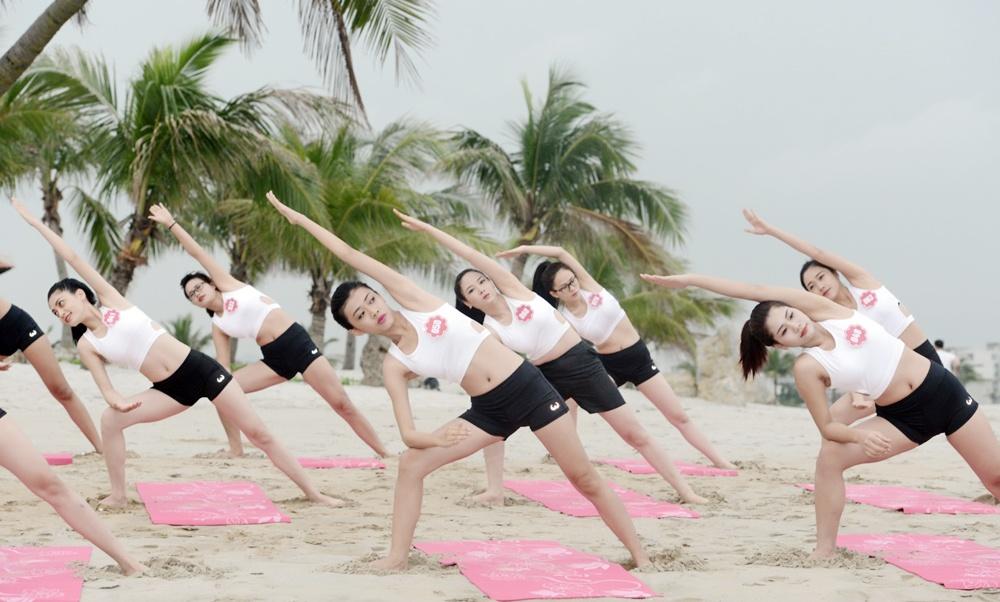 Thi sinh Hoa hau Bien tap yoga de giam cang thang hinh anh 4