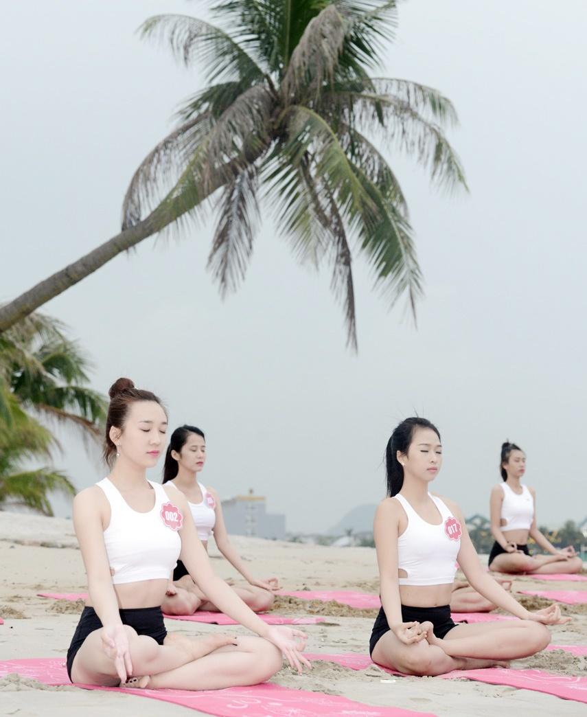 Thi sinh Hoa hau Bien tap yoga de giam cang thang hinh anh 5