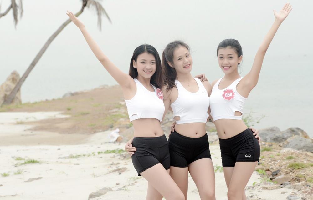 Thi sinh Hoa hau Bien tap yoga de giam cang thang hinh anh 7