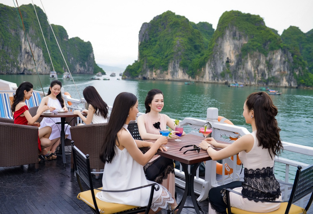 Thi sinh Hoa hau Viet Nam dao choi Ha Long bang du thuyen hinh anh 3