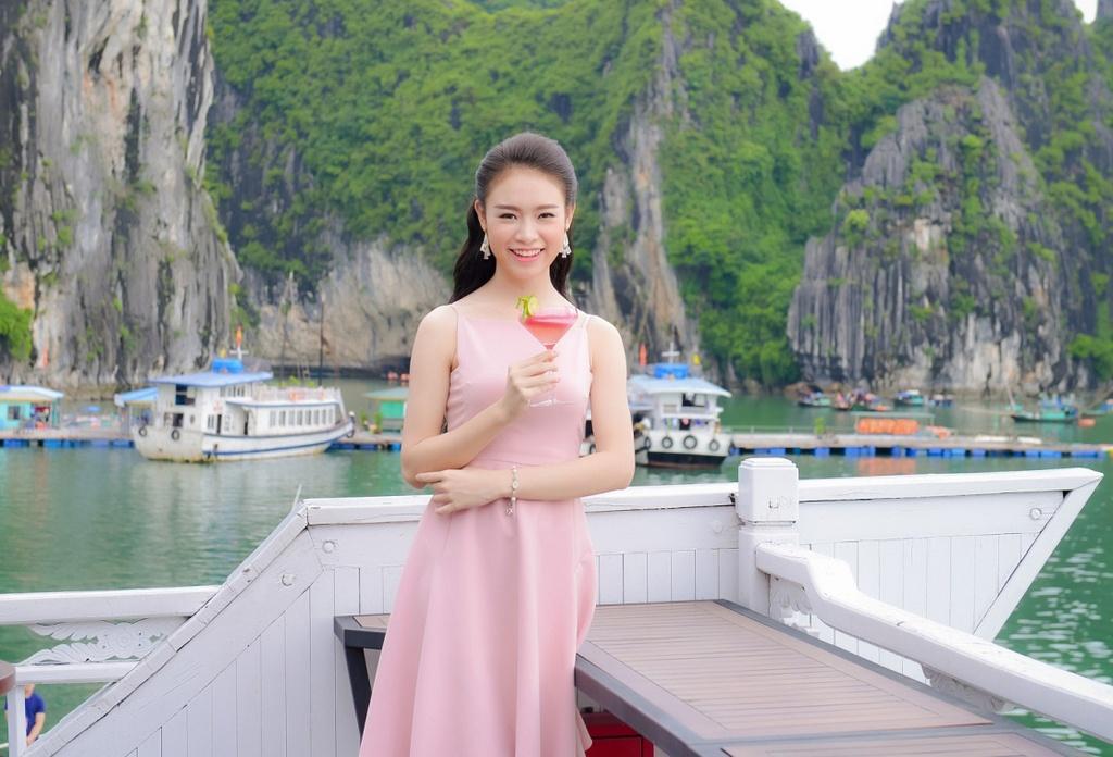 Thi sinh Hoa hau Viet Nam dao choi Ha Long bang du thuyen hinh anh 6