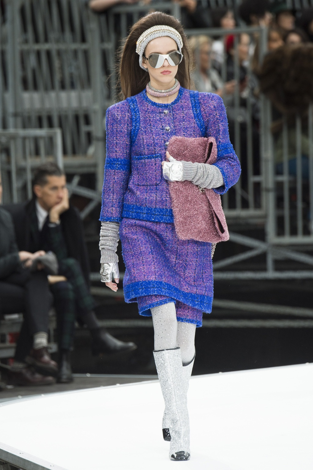 Show thoi trang Chanel: Tau vu tru bay len noc nha hinh anh 8