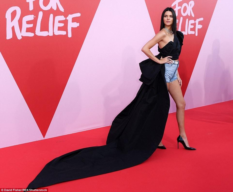 Kendall Jenner mac an tuong, lam lu mo cac sieu mau dan chi hinh anh 1
