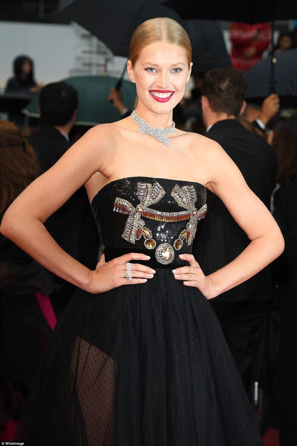 Dan mau Victoria's Secret goi cam tren tham do Cannes hinh anh 3