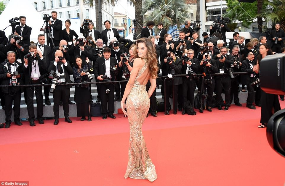 Dan mau Victoria's Secret goi cam tren tham do Cannes hinh anh 1